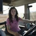Mujer conduciendo un tractor
