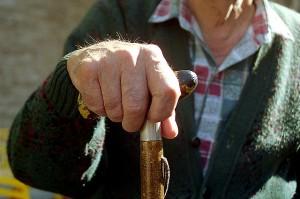 Mano de un anciano que no puede ser agricultor activo